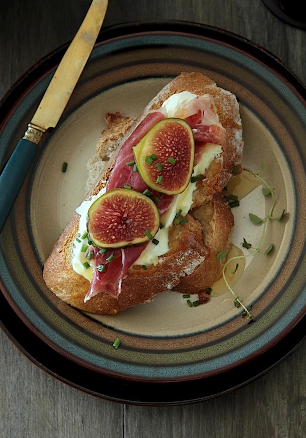receta de costrini de jamón, higos y queso